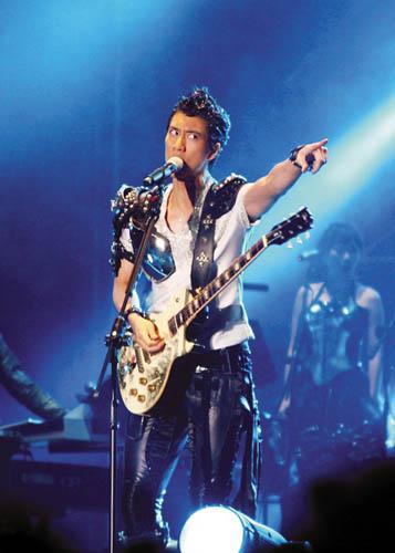 王力宏在舞台上展现狂野一面