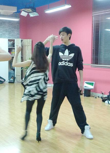 于小彤在练功房练舞
