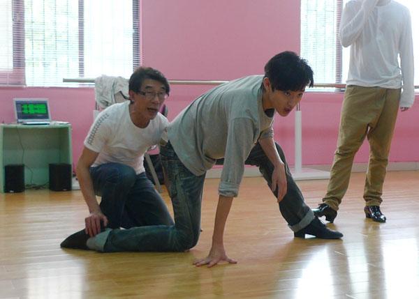 著名舞蹈老师在为于小彤纠正舞蹈动作