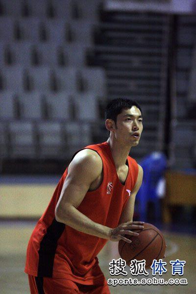 张庆鹏准备投篮