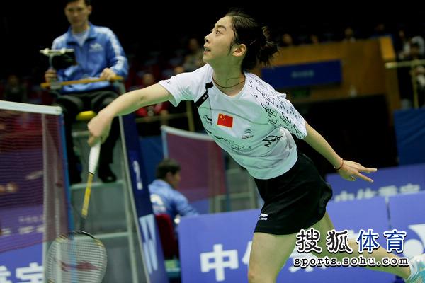 詹姆斯使节4脚上图-搜狐体育讯 北京时间4月20日,2011年羽毛球亚锦赛在成都进入第二比