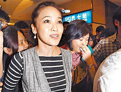 林月云(右)躲在侯佩岑后面,用纸巾拭泪。(图来自台湾苹果日报)