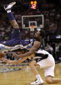 图文:[NBA季后赛]马刺VS灰熊 阿伦遭掀翻
