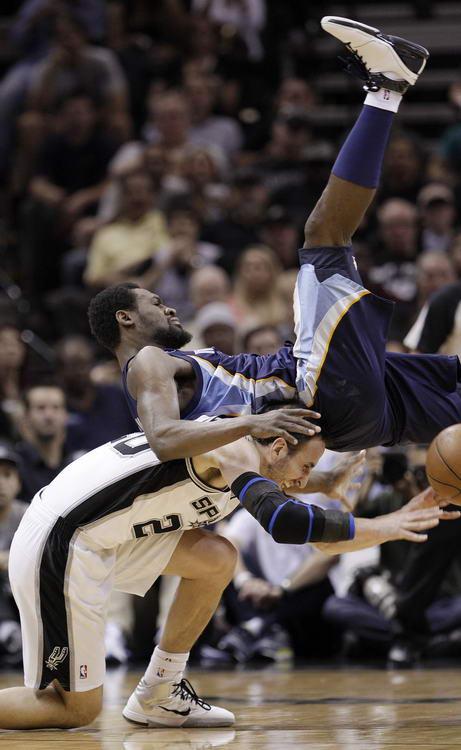 图文:[NBA季后赛]马刺VS灰熊 阿伦四脚朝天