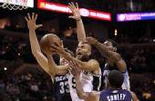 图文:[NBA季后赛]马刺VS灰熊 帕克呼啸上篮