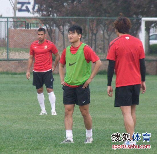 图文:[中超]陕西备战鲁能 狼娃参与训练