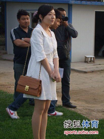 图文:[中超]陕西备战鲁能 白裙女球迷等待