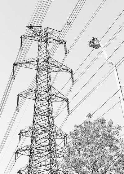 这个高压电塔下已经被警戒线封锁