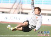 图文:[中超]恒大青岛备战 郜林高难度射门