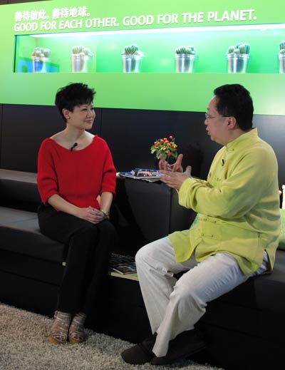 正襟危坐的李辉正在与车界开心果、业界专家谢卫列侃侃而谈