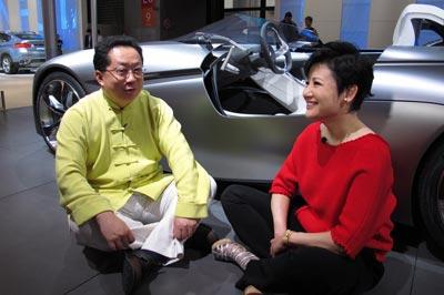 """刚刚还正襟危坐的李辉居然坐到了地上主持?!如此""""打坐""""的主持模式在车展上绝无仅有!"""