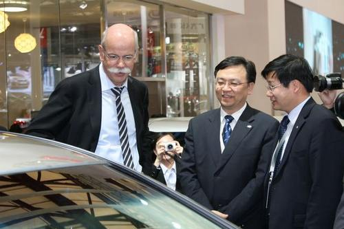 戴姆勒集团董事长、奔驰总裁蔡澈(左一)出现在2011上海车展比亚迪展台