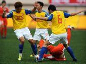 图文:[中超]青岛0-2广州 双人夹击