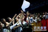 图文:[亚锦赛]鲍春来2-0谌龙 球迷抢毛巾
