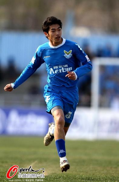 图文:[中甲]阿尔滨2-0松江 跑动接应