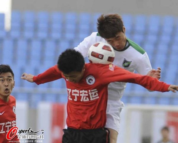 图文:[中超]辽宁VS杭州 力压对手