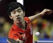 图文:世乒赛热身赛男单决赛 闫安正在回球