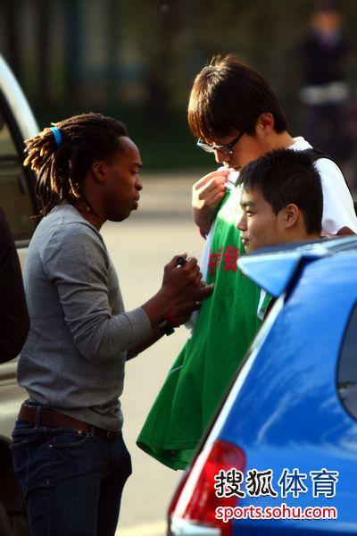图文:[中超]国安工体备战 小马丁签名
