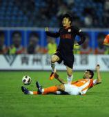 图文:[中超]山东2-1陕西 安塔尔铲球