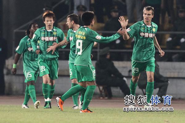 图文:[中超]北京VS大连 大格和队友庆祝