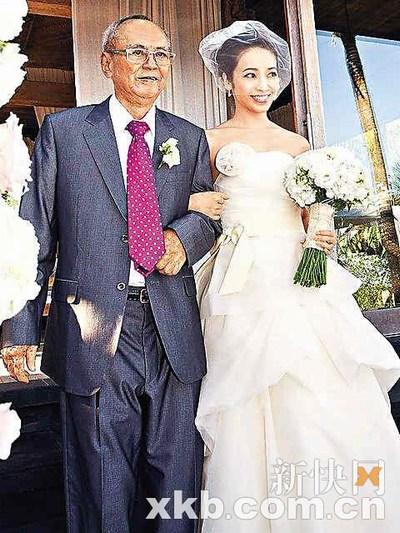 邱嘉雄以父亲身份出席侯佩岑婚礼