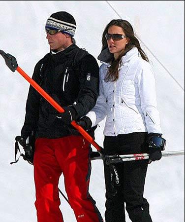 威廉王子和未婚妻瑟琳-米德尔顿在滑雪场玩耍