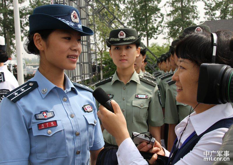 中广军事记者采访换装女兵