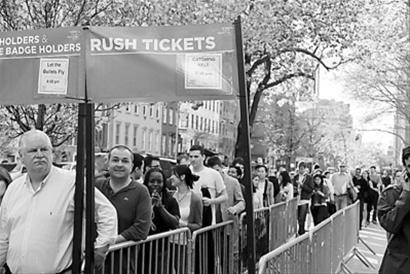 纽约观众排队等待入场观看《让子弹飞》