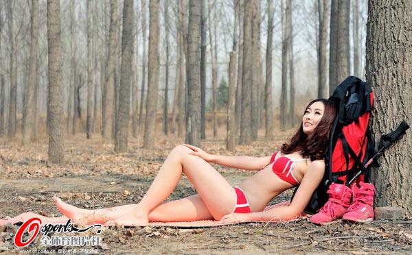 组图:美女比基尼上阵 变身背包族演绎狂野诱惑 搜狐