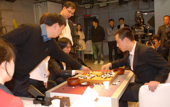 图文:BC卡杯李世石3-2古力 俞斌参与复盘研究