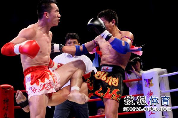 刘佳/图文:武行天下刘佳54/40获胜两人拳台比腿力