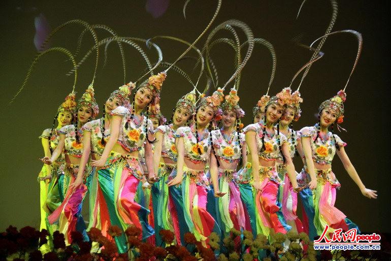 四川省川剧院等7家单位共50多位演员表演了川剧表演与舞蹈动作巧妙