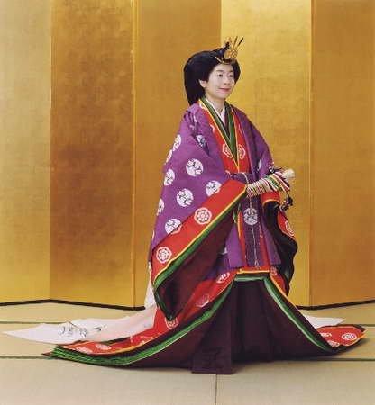 纪宫公主身着日本皇室礼服的照片