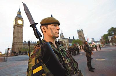 英国军人荷枪参加彩排。