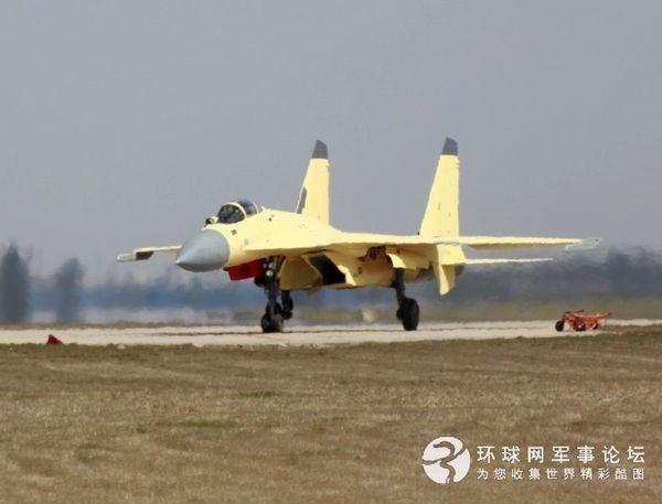 正在试飞的歼-15。