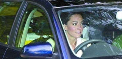 凯特驾车外出时被拍到车后座上放着印有誓词的纸张