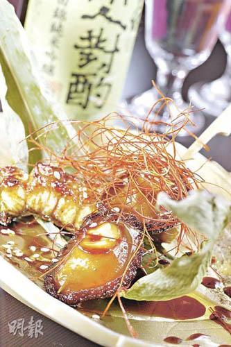 鲍鱼和活鳝都是大厨每天到市场亲自选购,以自家调校的烧汁腌渍后烧成,味道自然对办。