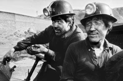 龙王庙村,来自陕西咸阳礼泉县的两位矿工刚刚收工。日复一日高强度的井下工作,让他们疲惫不堪。