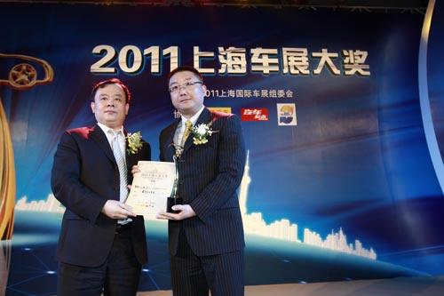中国贸促会汽车行业分会会长王侠向上海通用汽车副总经理蔡宾颁奖