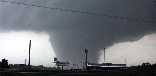 美国南部龙卷风_国际新闻 强风暴袭击美国南部多州 美国龙卷风消息    人民网4月29日