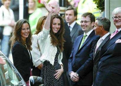 凯特向民众挥手致意