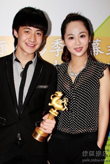 最佳新人盛超手握奖杯与姐姐杨紫合影