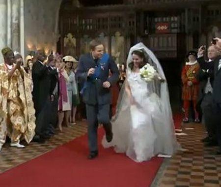视频截图:山寨王室新郎和新娘在红毯上跳舞