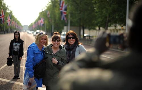 游客在通往白金汉宫的路上合影留念