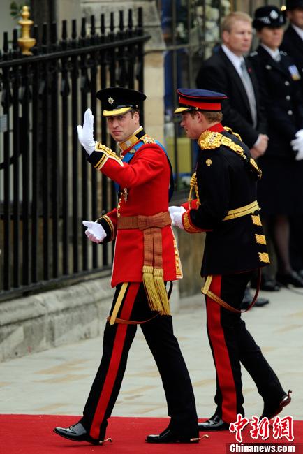 威廉王子身穿红色戎装亮相婚礼现场