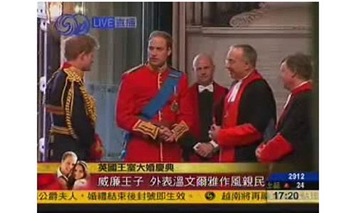 威廉王子穿红色军服到场。视频截图
