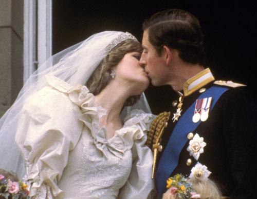 """1981年,戴安娜与查尔斯在白金汉宫阳台上呈现""""世纪之吻""""。"""