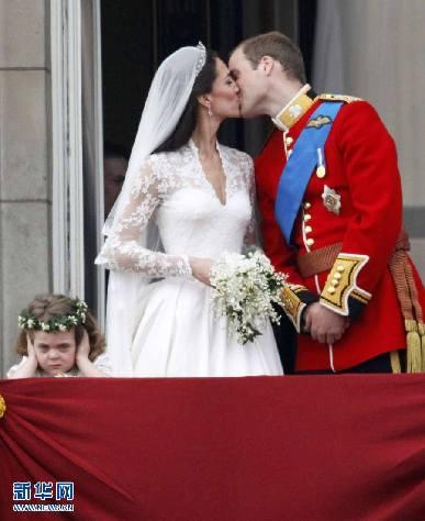 4月29日,在英国伦敦的白金汉宫阳台上,威廉王子亲吻新娘凯特·米德尔顿。当天,英国威廉王子和凯特·米德尔顿的婚礼在伦敦的威斯敏斯特教堂举行。 新华社/路透