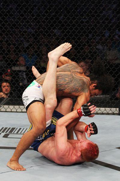 亨德森/图文:UFC129亨德森胜波切克比赛瞬间
