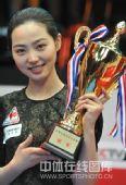 图文:9球北京赛女子决赛 车侑蓝与奖杯合影